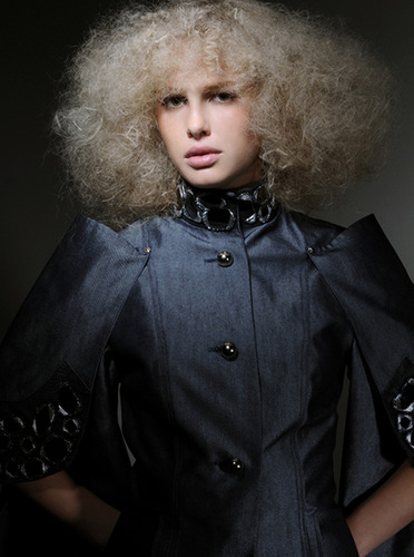 Beauty_frizzy_hair_editorial_blonde